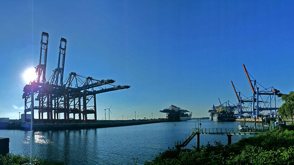 Hamburger Hafen Panorama mit Ladekran