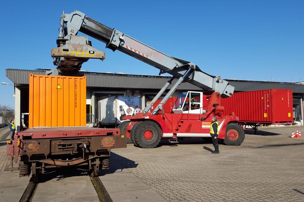 Schiene Prüfareal HLash Kranwagen Container