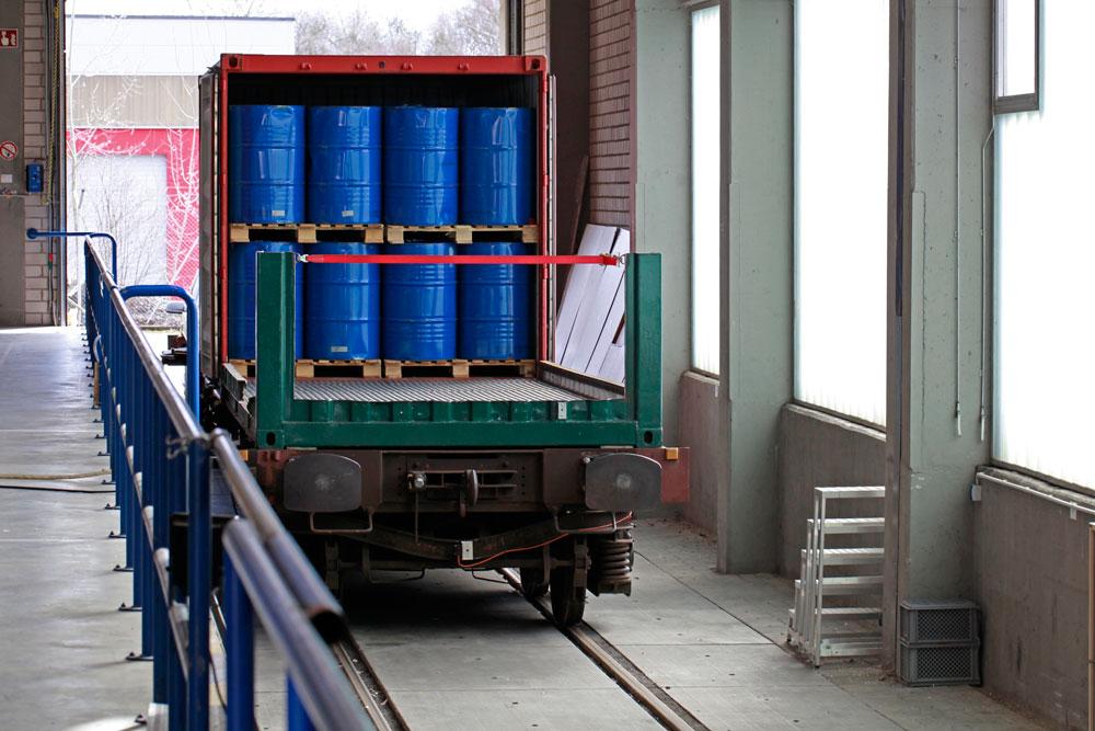 Prüfareal Schiene Zug Container Fassladung